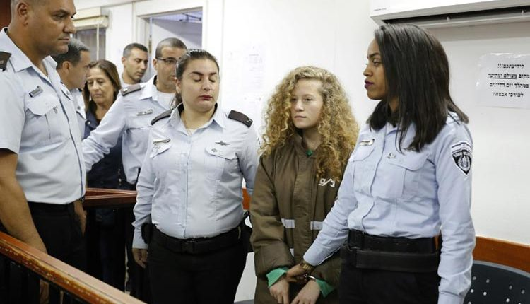 L'adolescente palestinienne Ahed Tamimi au cours d'une audience au tribunal militaire israélien d'Ofer, en Cisjordanie occupée, le 28 décembre 2017 / © AFP / Ahmad GHARABLI