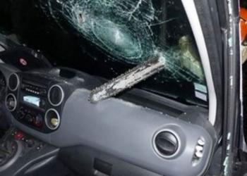 France : un ex-mari jaloux attaque la voiture de son rival à la tronçonneuse