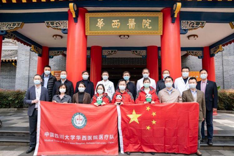 Les experts médicaux posent pour une photo de groupe avec leurs collègues avant leur départ pour l'Italie, dans la province chinoise du Sichuan (sud-ouest), le 11 mars 2020. (Photo : Xinhua)
